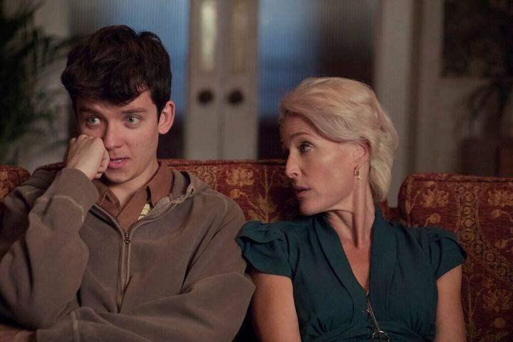 """Otis Milburn et sa mère Jean, deux des personnages principaux de la série """"Sex Education"""" sur Netflix."""