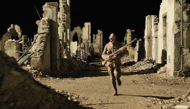 George MacKay, alias Schofield, dans les ruines d'un village abandonné du film