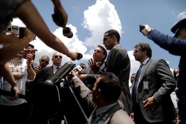 Bolsonaro conversa com a imprensa no Palácio da Alvorada, em Brasília