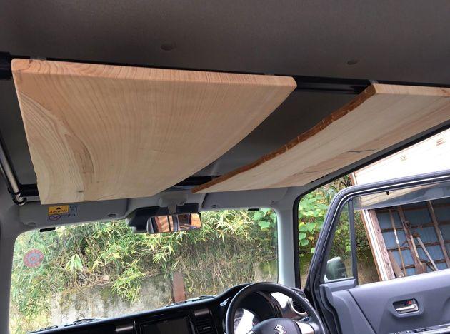 車内に取り付けたラック。車内の貴重な収納スペース