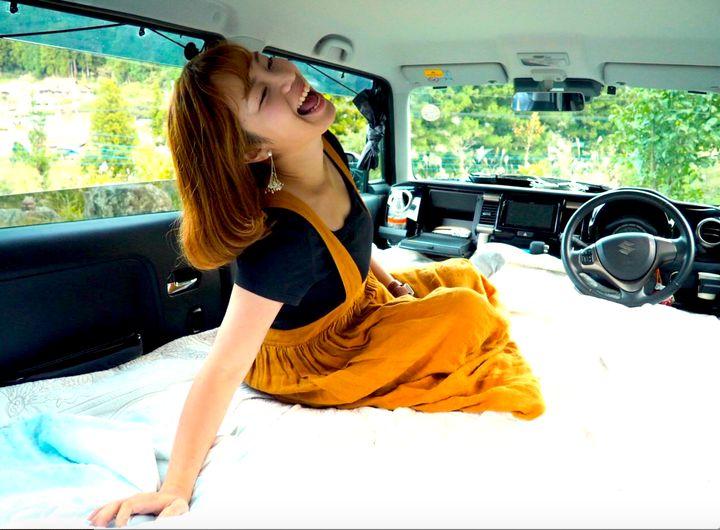 車内にふとんを敷くとこんな感じ、座席の下も収納スペースになっている。