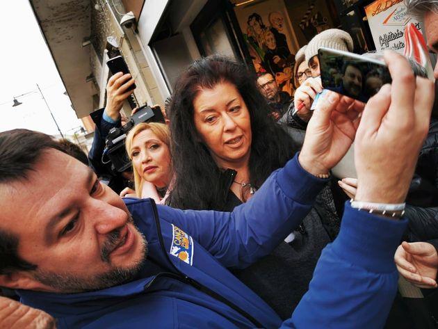 Salvini dà appuntamento al bar ai sostenitori ma il gestore non fa entrare nessuno a