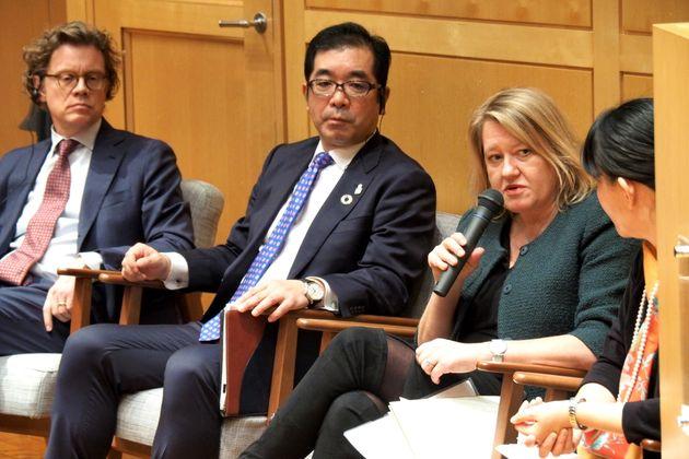 スウェーデン大使館で開かれたトークイベント。左から駐日スウェーデン大使のペールエリック・ヘーグベリさん、積水ハウスの仲井嘉浩社長、イケア・ジャパンのヘレン・フォン・ライス社長