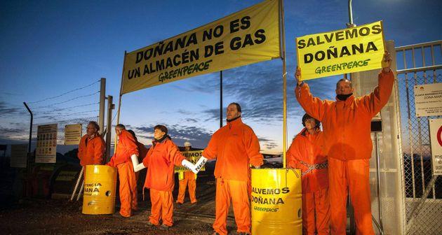 Protesta de Greenpeace por la instalación de gas en Doñana, en una imagen de