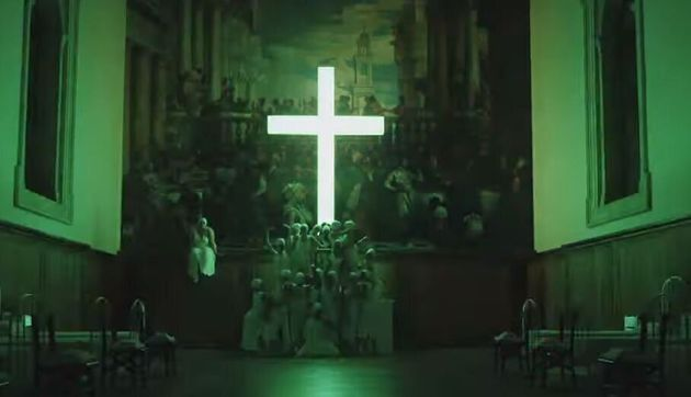 «The New Pope»: Οργή της Καθολικής Εκκλησίας για τις σέξι καλόγριες που χορεύουν κάτω από τον