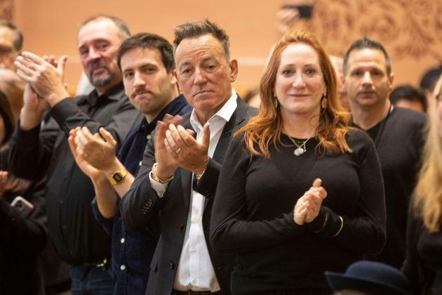 Bruce Springsteen y Patti Scialfa aplaudieron cuando su hijo Sam Springsteen juró como Jersey City ...
