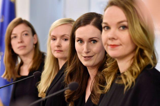 フィンランドのマリン首相(右から2番目)と閣僚たち