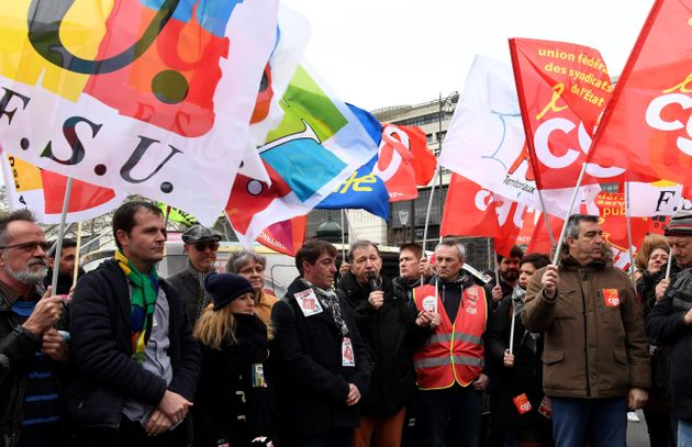 Des syndicalistes manifestant devant le ministère de l'Économie à Paris le 15 janvier
