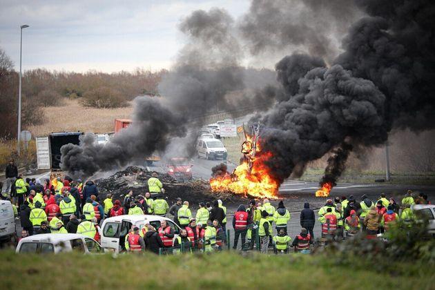 Des manifestants contre la réforme des retraites devant l'entrée de la zone industrielle du Havre, le...