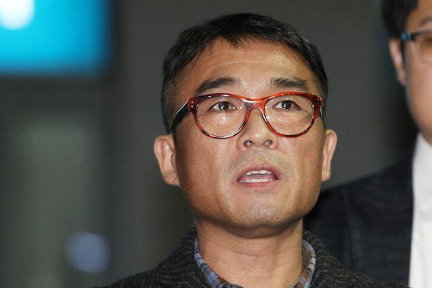 가수 김건모가 15일 오후 서울 강남경찰서에서 피고소인 조사를 마치고 입장을 발표하고 있다.