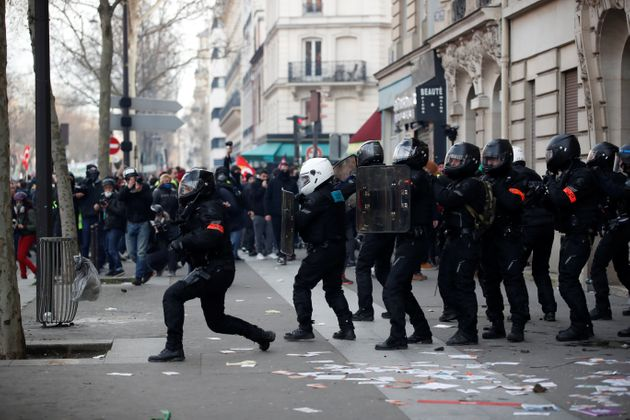 Des policiers lors de la manifestations du 11 janvier 2020 à Paris contre la réforme des...