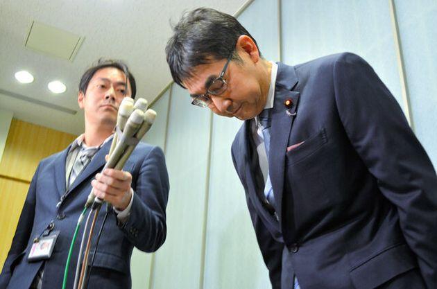 広島地検の家宅捜索を受け、謝罪する河井克行前法相=15日午後10時4分、東京・赤坂