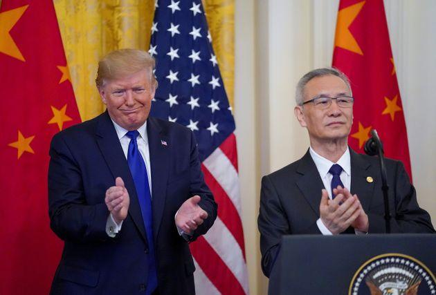 Donald Trump et el vice-premier ministre chinois Liu He avant la signature de l'accord commercial entre...