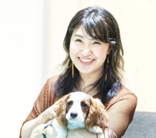 プロフィギュアスケーターの村上佳菜子さんと、飼い犬のViVi。ViViは元々は保護犬だった
