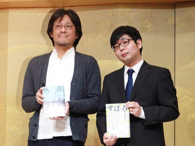 「熱源」で直木賞を受賞した川越宗一さん(左)と芥川賞を受賞した古川真人さん