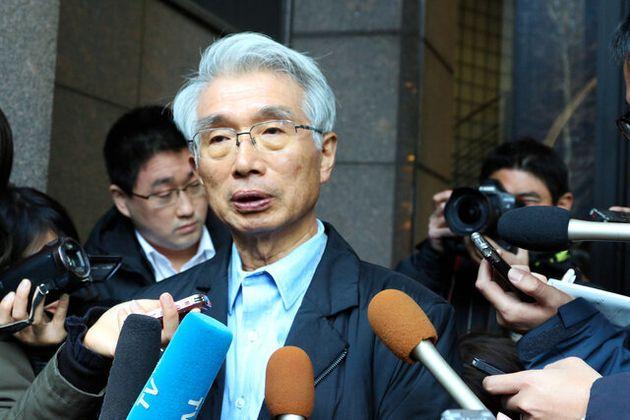 昨年12月31日、カルロス・ゴーン被告の逃亡について、報道陣の取材に応じる弘中惇一郎弁護士=東京都千代田区、八角健太撮影