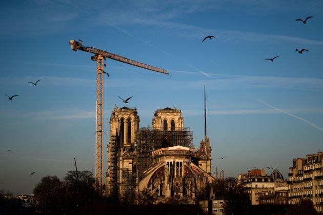 Haute de 75 mètres, la grue du chantier de Notre-Dame de Paris est la plus grande