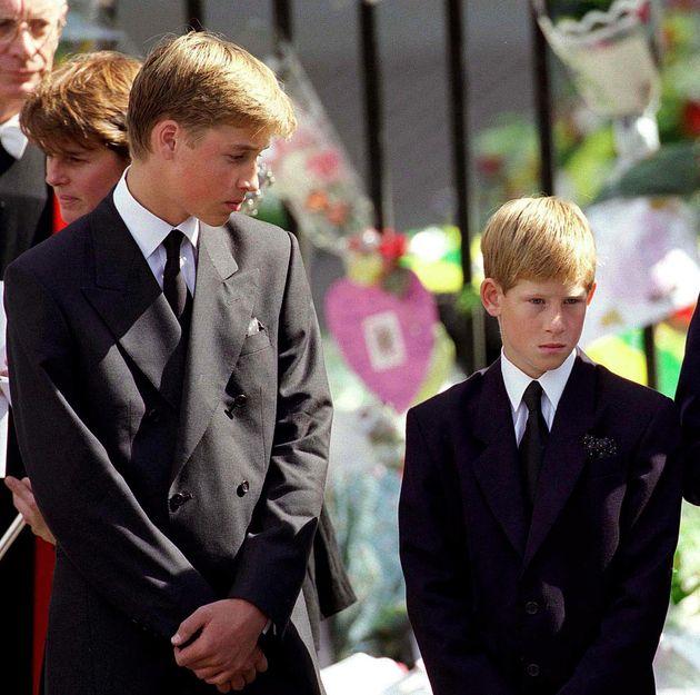 어머니 다이애나 왕세자비의 장례식에 참석한 윌리엄 왕자와 해리 왕자. 1997년 9월 6일