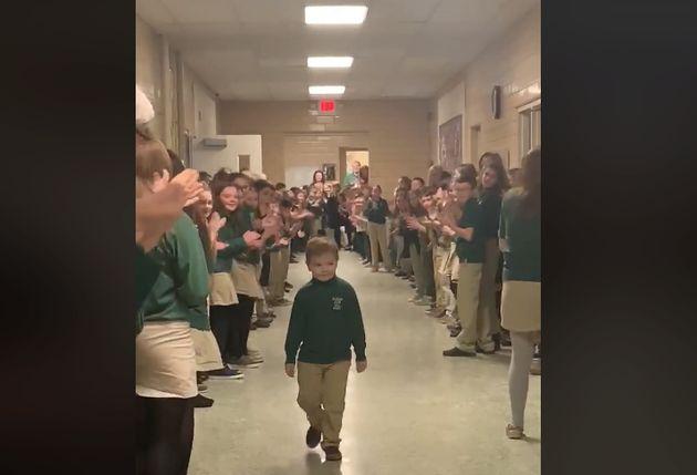 白血病の化学療法を終えた6歳の少年が登校。クラスメートや教師が拍手で出迎える(動画)