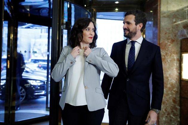 La presidenta de la Comunidad de Madrid, Isabel Díaz Ayuso (i) junto y el presidente del PP, Pablo Casado