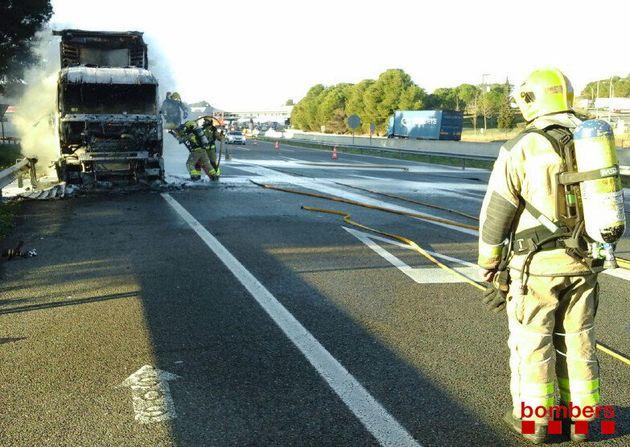 Un camión que transportaba formaldehid (un tipo de gas metano) se ha incendiado este jueves en la autopista