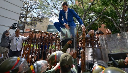 Juan Guaidó, un año saltando obstáculos... o