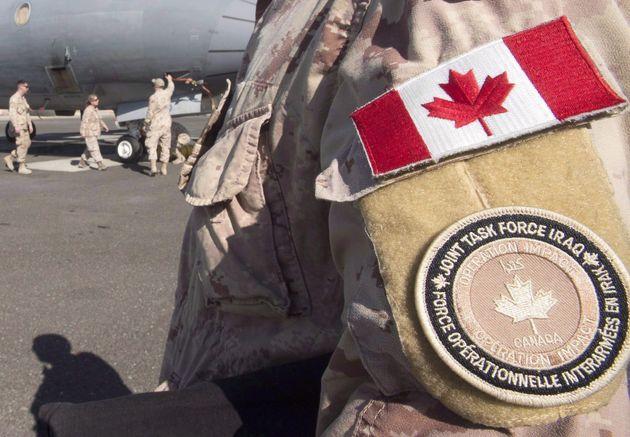 カナダ軍のメンバーは、2017年2月にペルシャ湾の駐機場に立っています。カナダの航空機...