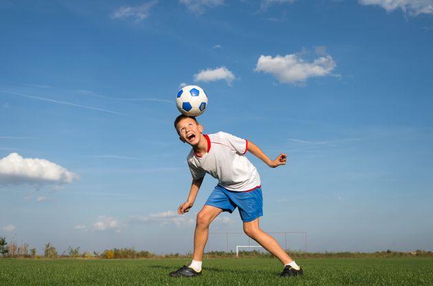 Les apprentis footballeurs écossais n'auront plus le droit de faire des têtesà...