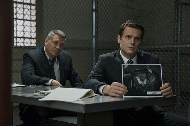 Holt McCallany eJonathan Groff como os agentesBill Tench eHolden Ford em cena da segunda...