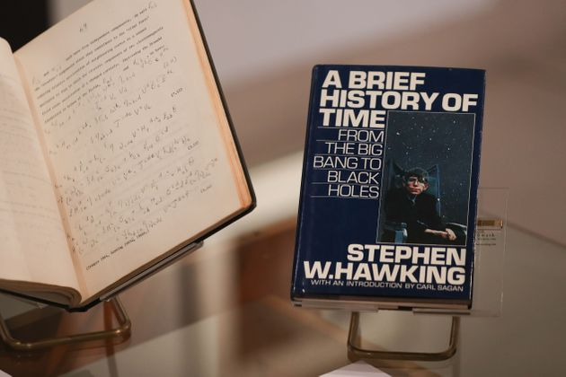«Το χρονικό του Χρόνου» του Στίβεν Χόκινγκ γίνεται παράσταση στο Θέατρο