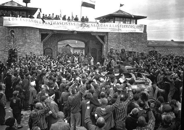 Prisioneros republicanos españoles reciben a las fuerzas americanas el 5 de mayo de 1945, día...