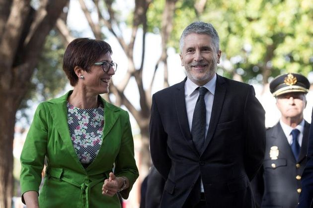 El ministro de Interior, Fernando Grande-Marlaska (d), acompañado de la subdelegada del Gobierno en Málaga,...