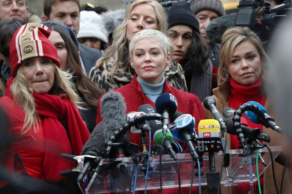 Rosanna Arquette (à esq.) e Rose McGowan (ao centro) participam de ato no primeiro dia do julgamento...