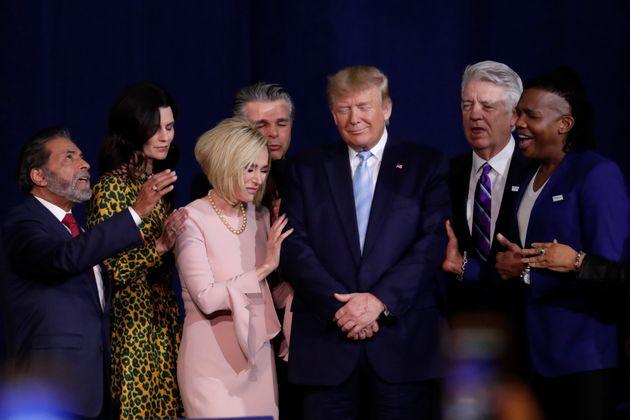 Donald Trump, el pasado 3 de enero, rezando en un acto con seguidores evangélicos en una iglesia...