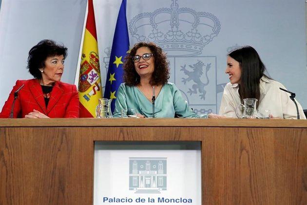 La portavoz del Gobierno y ministra de Hacienda, María Jesús Montero (c), acompañada por las ministras...