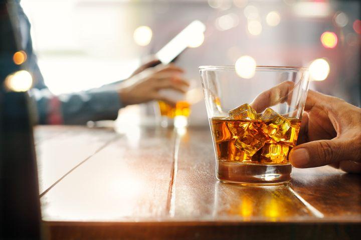 "&Agrave; l&rsquo;occasion du &ldquo;<a href=""https://www.huffingtonpost.fr/news/dry-january/"">Dry january</a>&rdquo;, o&ugrave; en sont les Fran&ccedil;ais avec l&rsquo;alcool? (image d'illustration)"