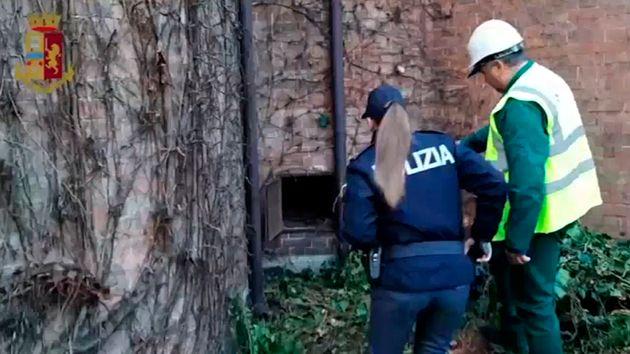 Une policière italienne devant la porte d'aération où a été retrouvé...