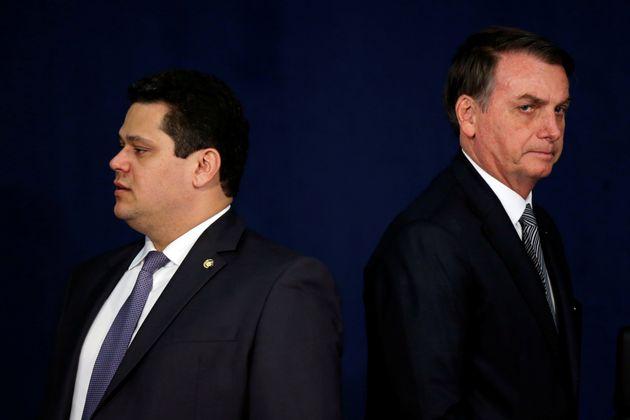 Presidente do Senado, Davi Alcolumbre, telefonou para Jair Bolsonaro e cobrou a demissão. Até...
