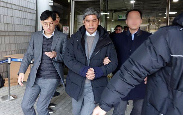 강제추행과 횡령 의혹을 받고 있는 정종선 전 고교축구연맹 회장(54)이 17일 오전 서울중앙지법에 2번째 구속 전 피의자 심문(영장실질심사)를 받은뒤 청사를 빠져나오고 있다. 앞서...
