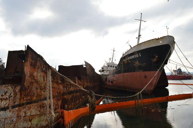 Απομακρύνονται επικίνδυνα πλοία-ναυάγια από την