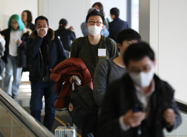 新型コロナウイルスが原因とみられる肺炎が発生している中国・武漢から成田空港に到着した人たち=1月16日、千葉県成田市