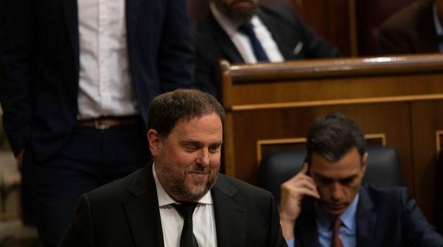 Oriol Junqueras, líder de ERC, pasa junto al presidente del Gobierno, Pedro
