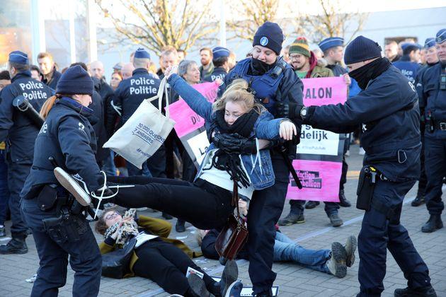 Une militante évacuée par la police pendant le