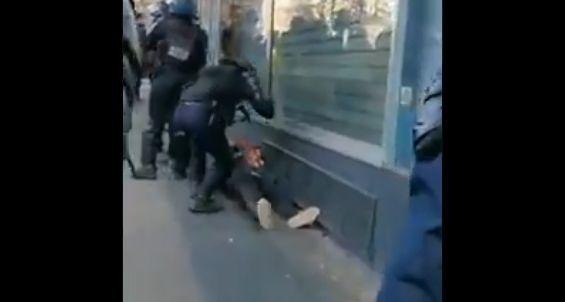 Un policier frappe un manifestant déjà à terre et