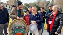 Il padre della Borgonzoni benedice con un quadro la piazza delle Sardine di