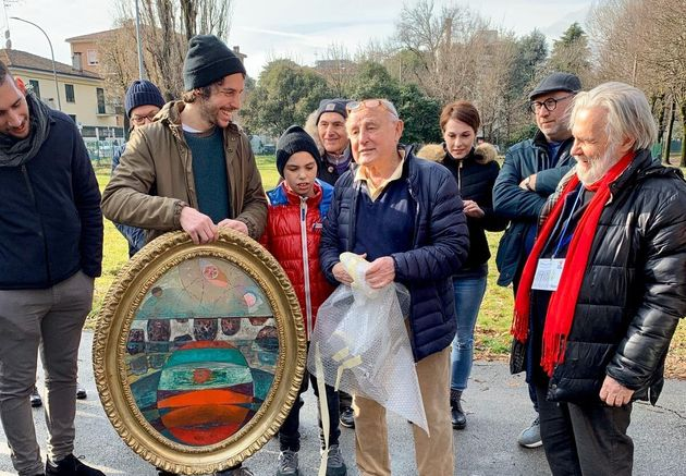 Mattia Santori a Bologna, con il quadro regalatogli dal padre della candidata leghista Lucia