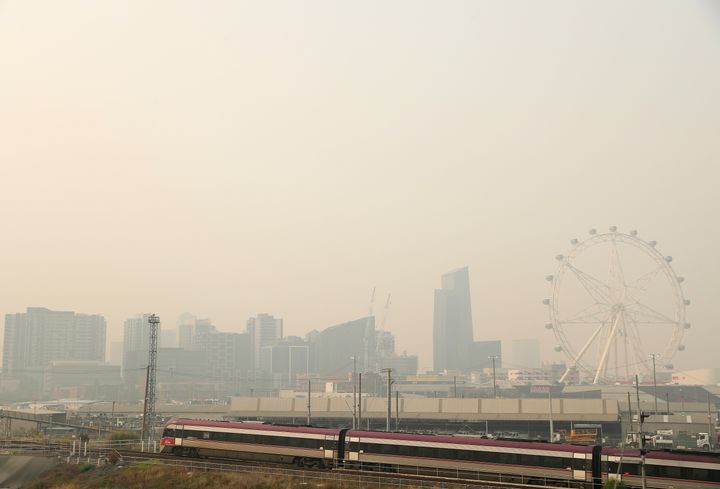 MELBOURNE, AUSTRALIA - JANUARY 15: Smoke from bushfires covers the Melbourne CBD on January 15, 2020 in Melbourne, Australia. Smoke from the East Gippsland and New South Wales Fires continues to leave a blanket of smoke haze over Melbourne resulting in hazardous air quality. (Photo by Robert Cianflone/Getty Images)