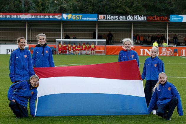 オランダ国旗を掲げる女性サッカーチーム