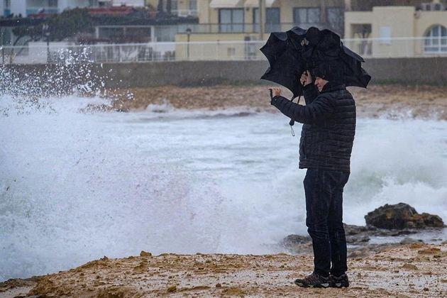 Un hombre observa a la costa en Port D'Es Torrent