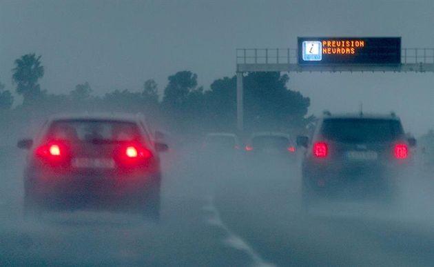 Una señal luminosa avisa del mal tiempo este domingo en la provincia de